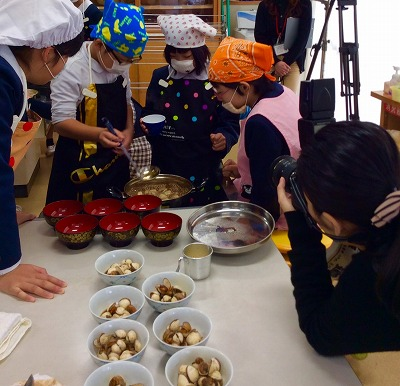 画像:【ブログ】中国からの視察、意東小学校「赤貝調理」